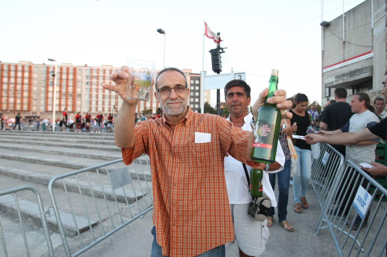 Todas las fotos del récord de escanciado de sidra en Gijón - Galería 20