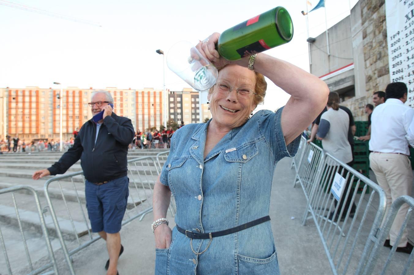 Todas las fotos del récord de escanciado de sidra en Gijón - Galería 24