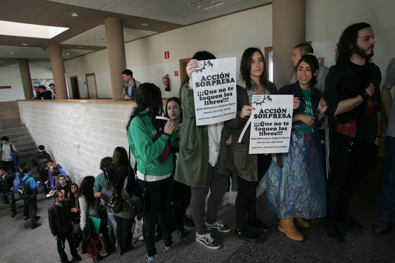 Los alumnos del campus de Gijón protestan por el cierre de la biblioteca