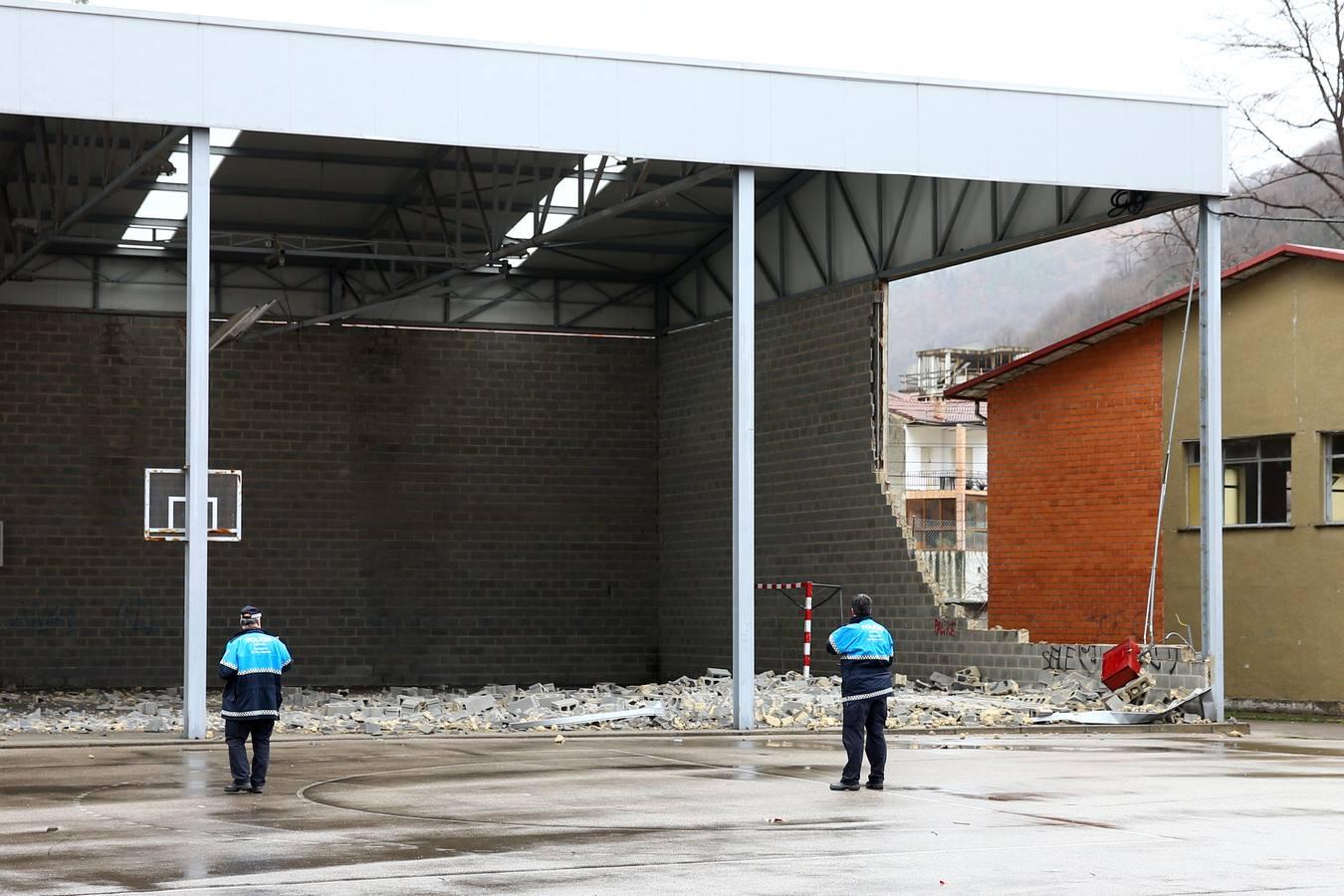 El fuerte viento derriba un muro en un colegio de Blimea