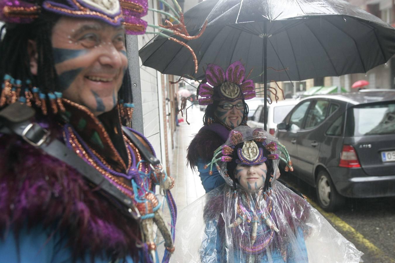 Desfile de Antroxu en el barrio de Laviada