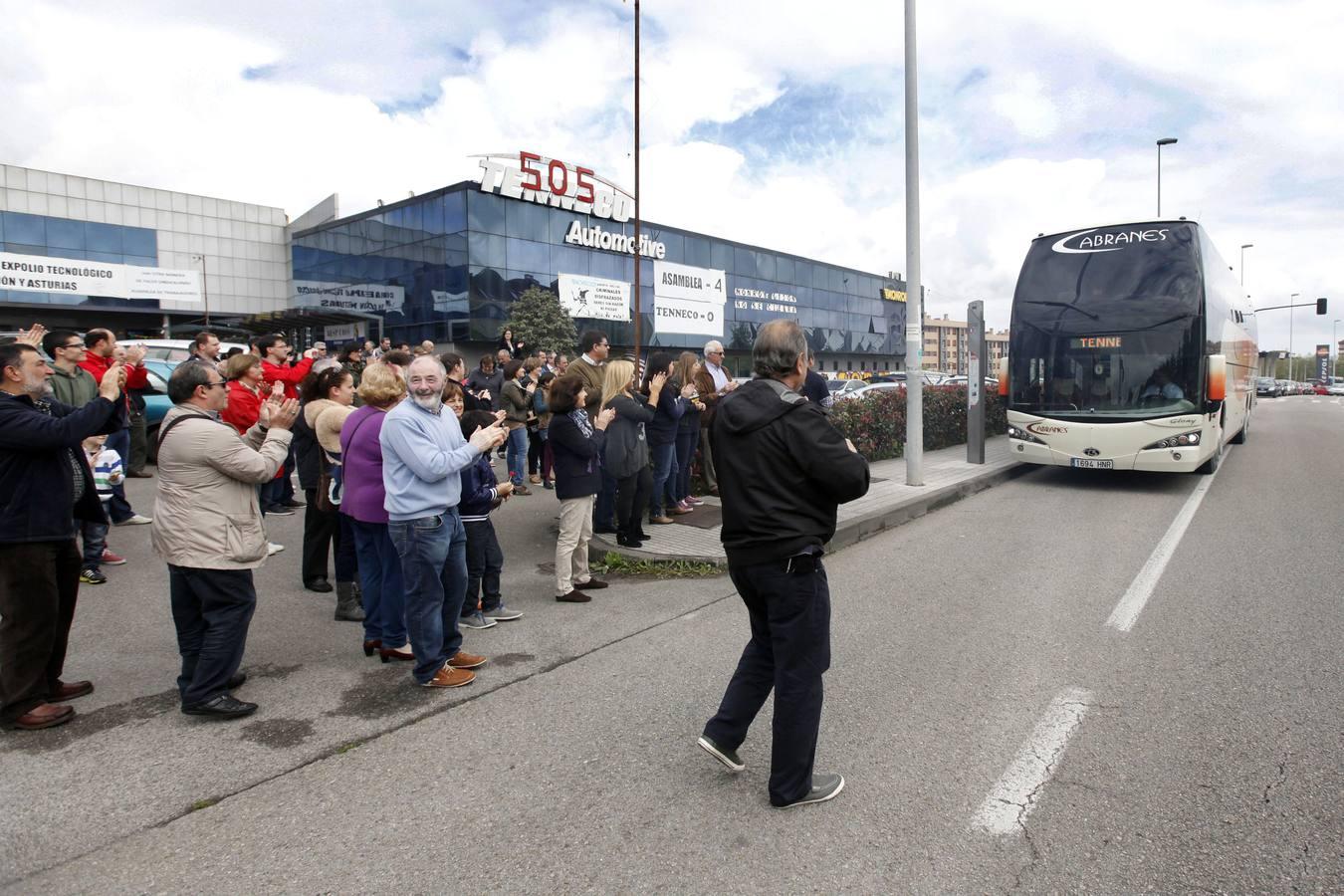 Las emotivas imágenes de la llegada de los trabajadores de Tenneco a Gijón